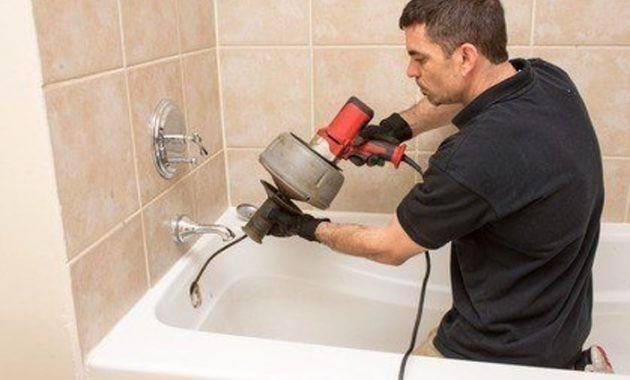 Очистка засора канализации с помощью специального троса