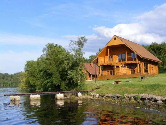 деревянный дом рядом с водоемом