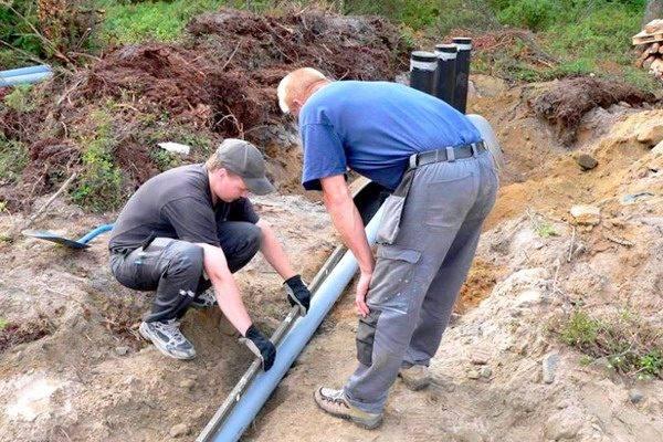 Проверка наклона труб перед засыпкой траншеи