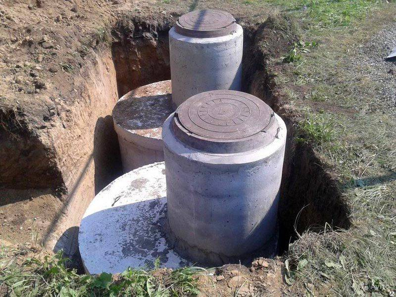 Прочные сооружения из бетонных колец с чугунными люками рассчитаны на большие механические нагрузки