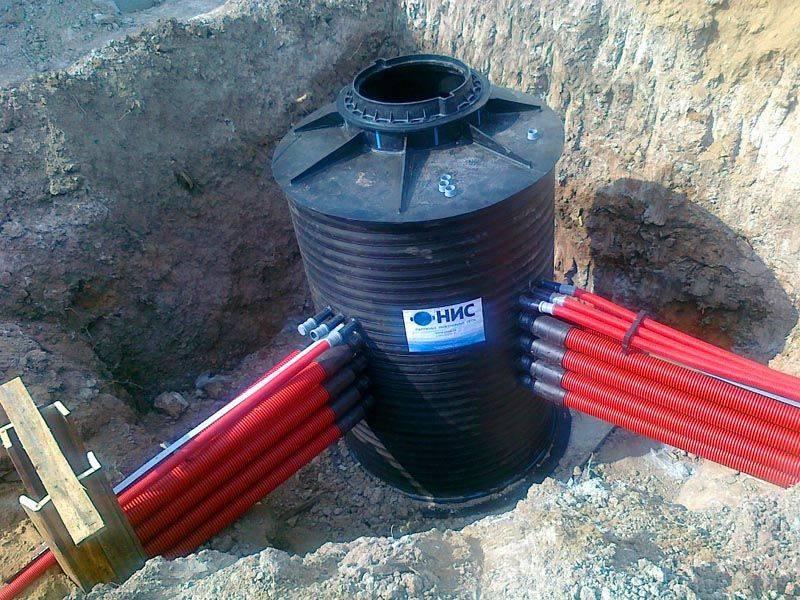 К пластмассовым кольцам для колодцаможно подсоединить необходимое количество труб с разными диаметрами