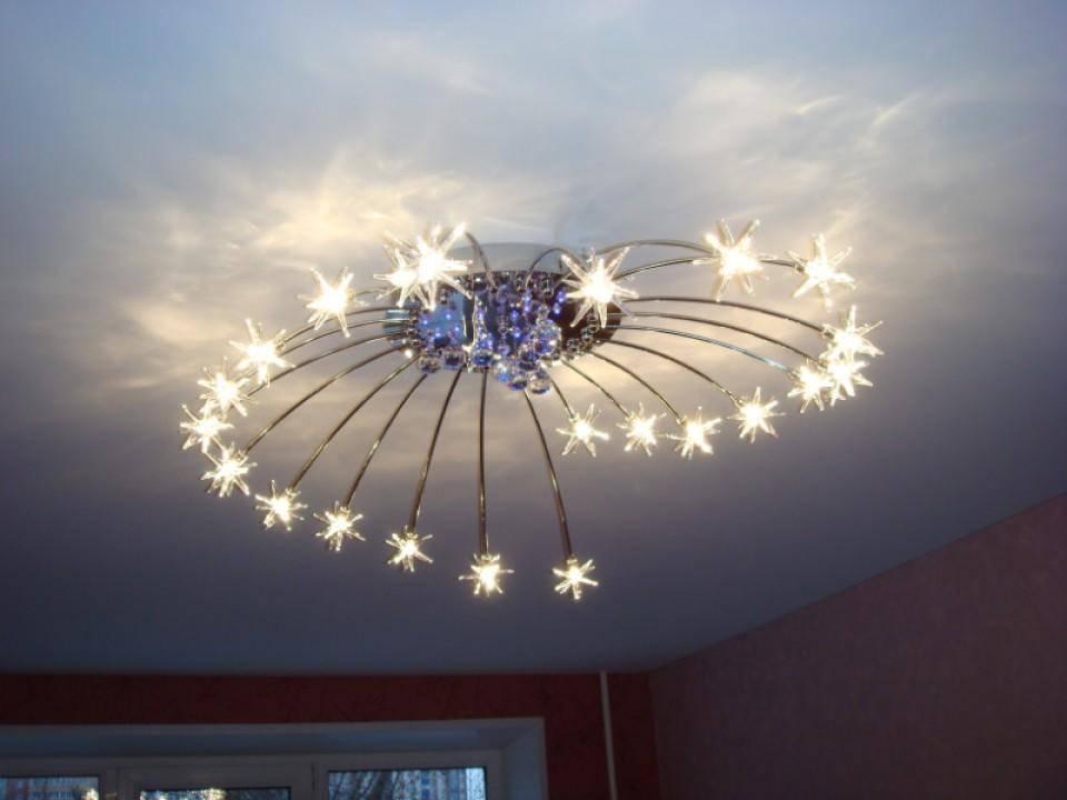 Если у вас имеется массивная люстра, в таком случае для смены лампочки вам придется снимать всю конструкцию