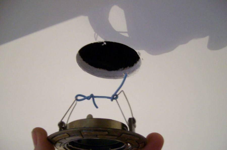 Для того чтобы не получить удар током во время снятия светильника, необходимо во время всего процесса замены быть предельно осторожным