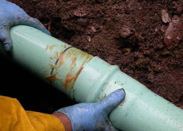Как проложить канализационные трубы в частном доме