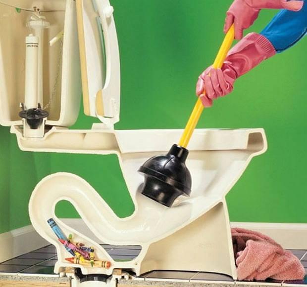 Как очистить засор в унитазе